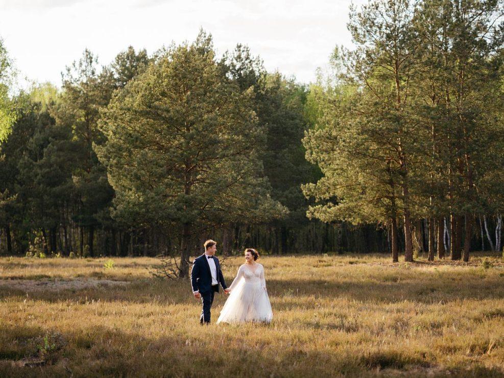 rustykalna sesja ślubna w lesie